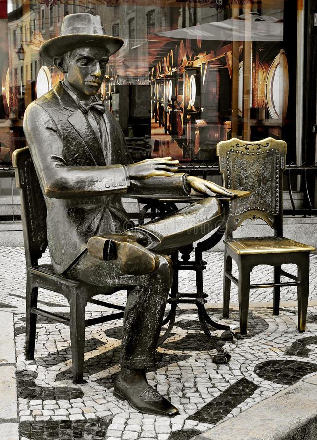 statua-di-fernando-pessoa-fuori-del-caffè-brasileira-lisbona